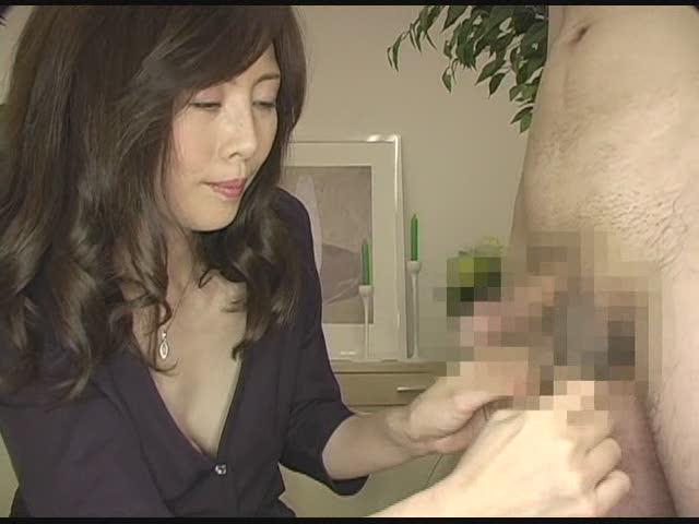 素人の女の子がローションを男の体に塗りまくって、自分の体