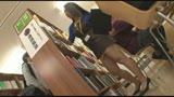 before図書館で働く真面目な女性・・・と思ったら、エプロンの隙間から見える超ミニスカートからのパンチラが僕をソソる誘惑!!僕の視線に気付いたのか、やたらとパンチラを見せつけてくるのでもう辛抱たまりません!!2after