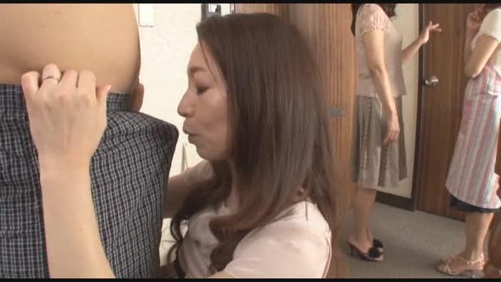 妻の友人と自宅でセックス三昧な無料エロ動画