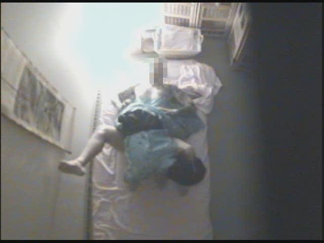 女子校のトイレでおしっこを噴射しながら立ちオナするJKの盗撮