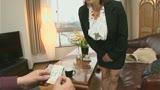 成功率100%の熟女セールスレディは粘り強く押して押して、押し倒して契約ゲット。32