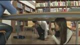 図書館で近くの席に座ったド近眼のメガネ女子大生。テーブルの下にメガネを落としてしまったらしく、全く見えない様子で延々探しているから、僕もお手伝い。しかし胸の谷間やパンチラがどうにもソソる美人さん。…/
