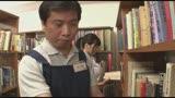 声を押し殺して感じまくるのが大好きなソソる女 静かな他人に見つかりそうな場所で異常に感じてしまう女は、恥ずかしければ恥ずかしいほど興奮する!図書館で働くおとなしそうなおじさんのフル勃起チ○ポを擦る…/