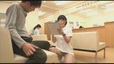 待合室でソソる看護師の立て膝パンチラ!白パンストの下にハッキリ見えるスケスケ黒パンツにドキドキ・・・27