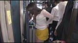 満員車内で人妻のスカートがめくれ上がりパンツ丸出し!せっかくだから勃起チ○ポを密着させたら、何度もお漏らしするぐらいに悶々と男を待っていたのだ!/