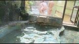 混浴温泉で奇跡の若い女性客と遭遇!興奮してたら湯船からチ○コがにょっきり!ニューハーフと気づいても僕の勃起も収まりつかずヤッてしまいました1