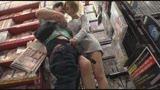 ヤリマンお姉さんがアダルトショップにわざと間違えて入ってきた!狭い店内でパンチラ見せつけ、勃起したチ〇ポに尻を押し付け何度も寸止めしてくるんです。/