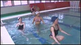 町内会の水泳教室なのに張り切りすぎたハミ出しビキニで「その気は無いのに・・・」父親達を勃起させてしまう巨乳奥さん/