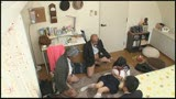 家族に内緒で実家の子ども部屋におじさん3人連れ込む地味っ子20