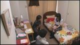 家族に内緒で実家の子ども部屋におじさん3人連れ込む地味っ子2