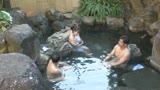 混浴温泉でタオル越しに触られ授乳期を終えたふわふわ乳首をカチカチにして感じる敏感妻28