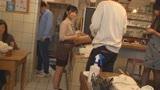 カフェ娘連鎖痴漢 営業中の店内でイキ堕ちた言いなり店員を利用する数珠つなぎ痴漢計画2