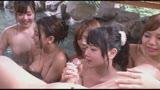 巨乳美女と中出しできる混浴露天風呂/
