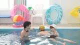 母親と息子が水中でこっそり近〇相姦ゲーム/