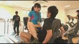女性インストラクターが男性客を勃起させながら密着トレーニング またがりオマ○コジム/