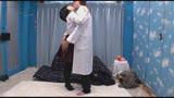 女子〇生たちが新作リップのモニターではじめてのベロチュウ体験!大人の濃厚キスでトロトロになったウブカワマ○コにビターなデカチンザーメンをプレゼント! マジックミラー号 35
