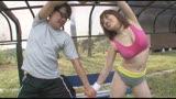ムチムチウェアの下で敏感乳首を勃起させ汗ばんだカラダで男達を発情させる、変態巨乳トレーナー本田莉子/