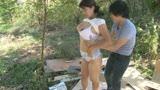 父に隠れて太陽の下でまぐわう愛ある親子の大自然交尾 笹山希 37歳26